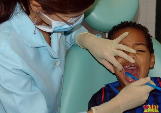 18% Polaków w ogóle nie chodzi z pociechami do dentysty